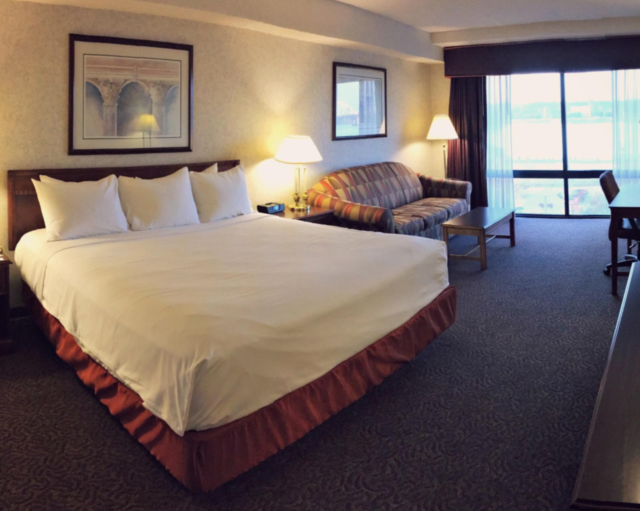 https://www.hotelsbyday.com/_data/default-hotel_image/3/15542/dvpt-87310772-king-bed-2241x1792.png