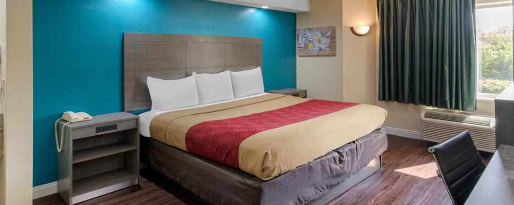 https://www.hotelsbyday.com/_data/default-hotel_image/3/15611/king-room.jpg