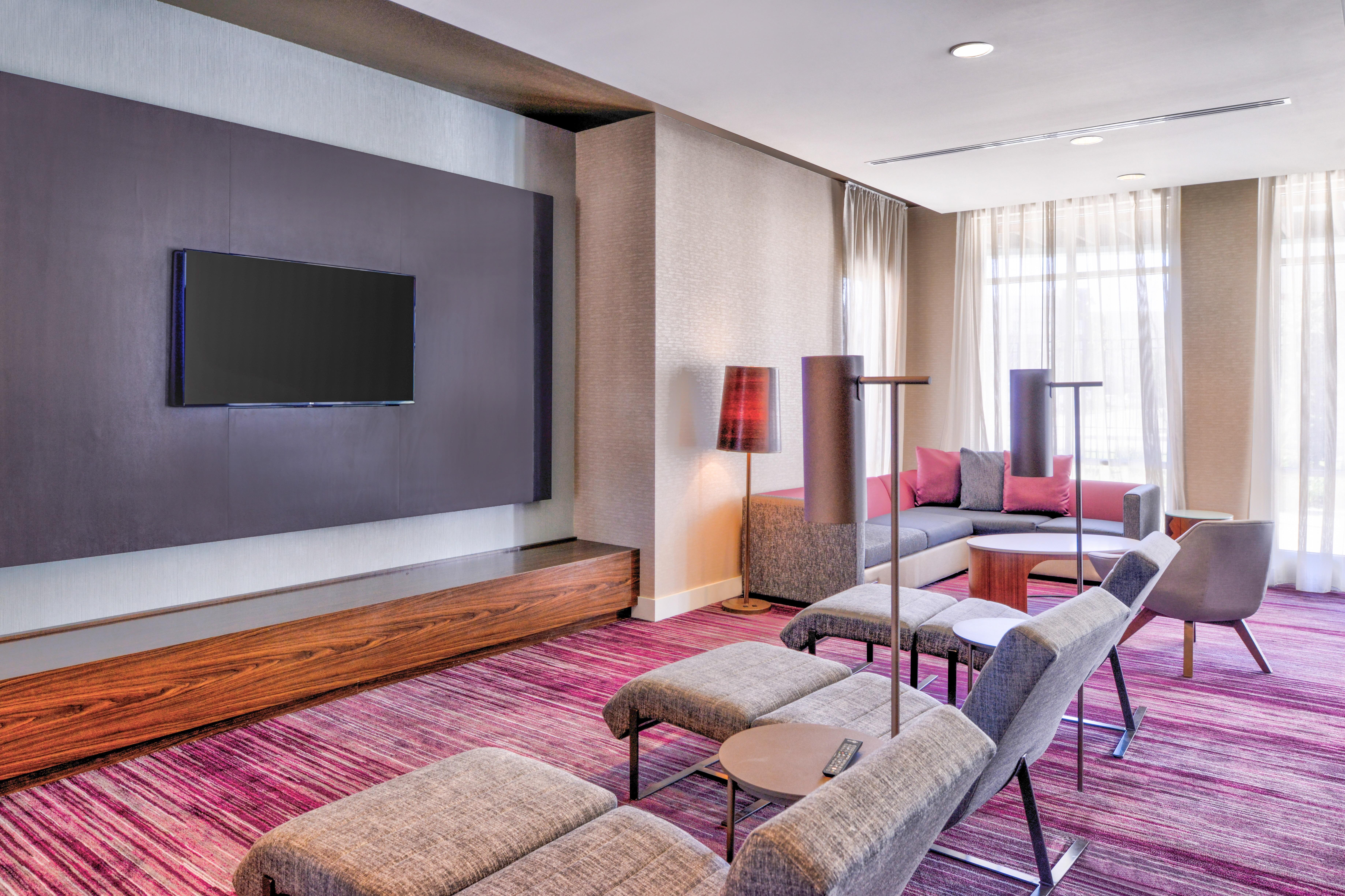 https://www.hotelsbyday.com/_data/default-hotel_image/3/15630/cy-cmhcg-hometheatre1.jpg