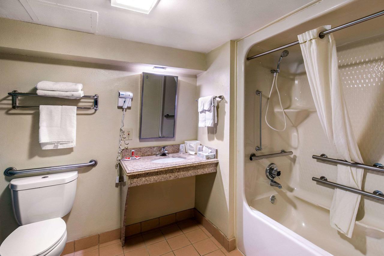 https://www.hotelsbyday.com/_data/default-hotel_image/3/15798/169753557.jpg
