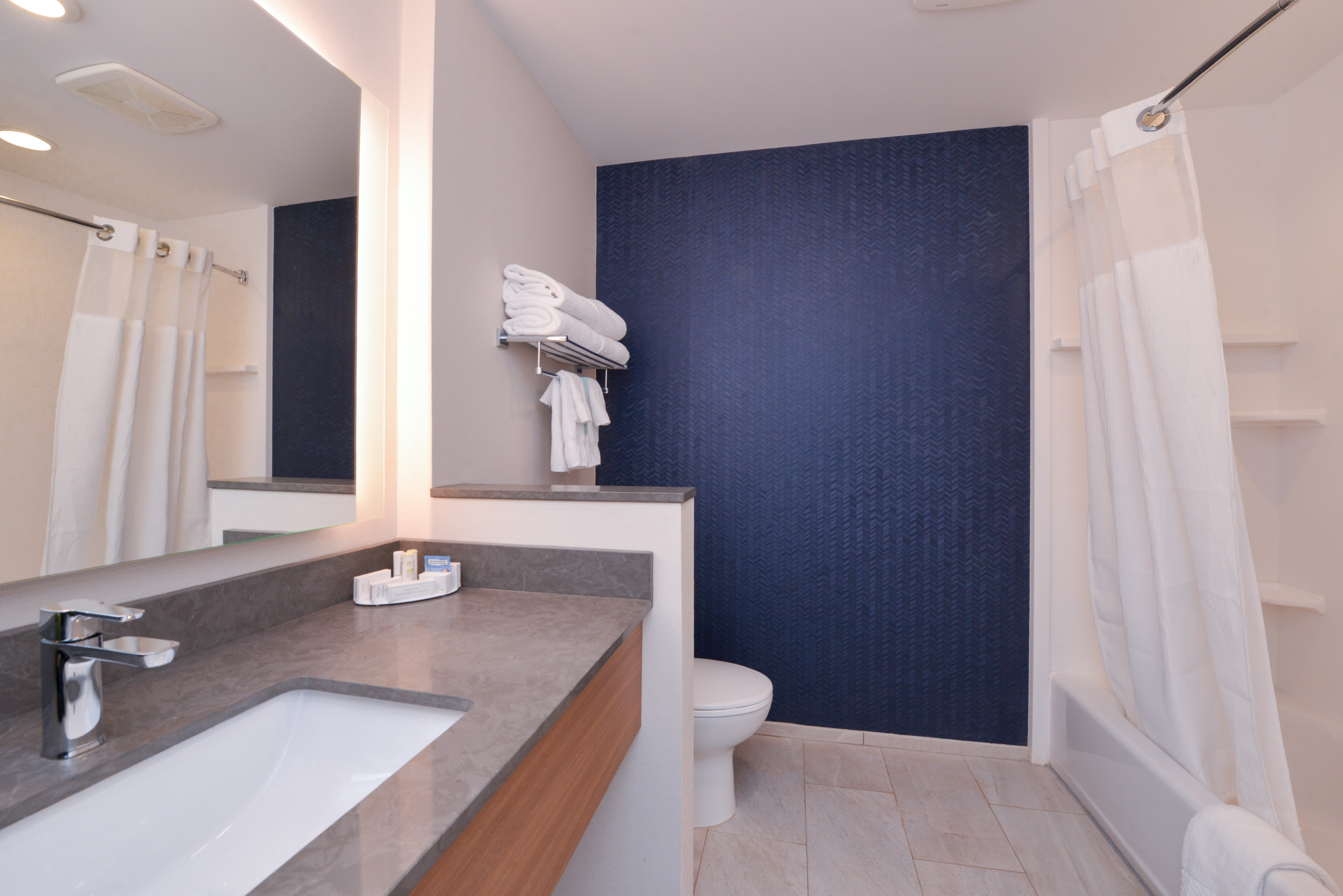 https://www.hotelsbyday.com/_data/default-hotel_image/3/15897/fis-cmhfg-bathroom4.jpg