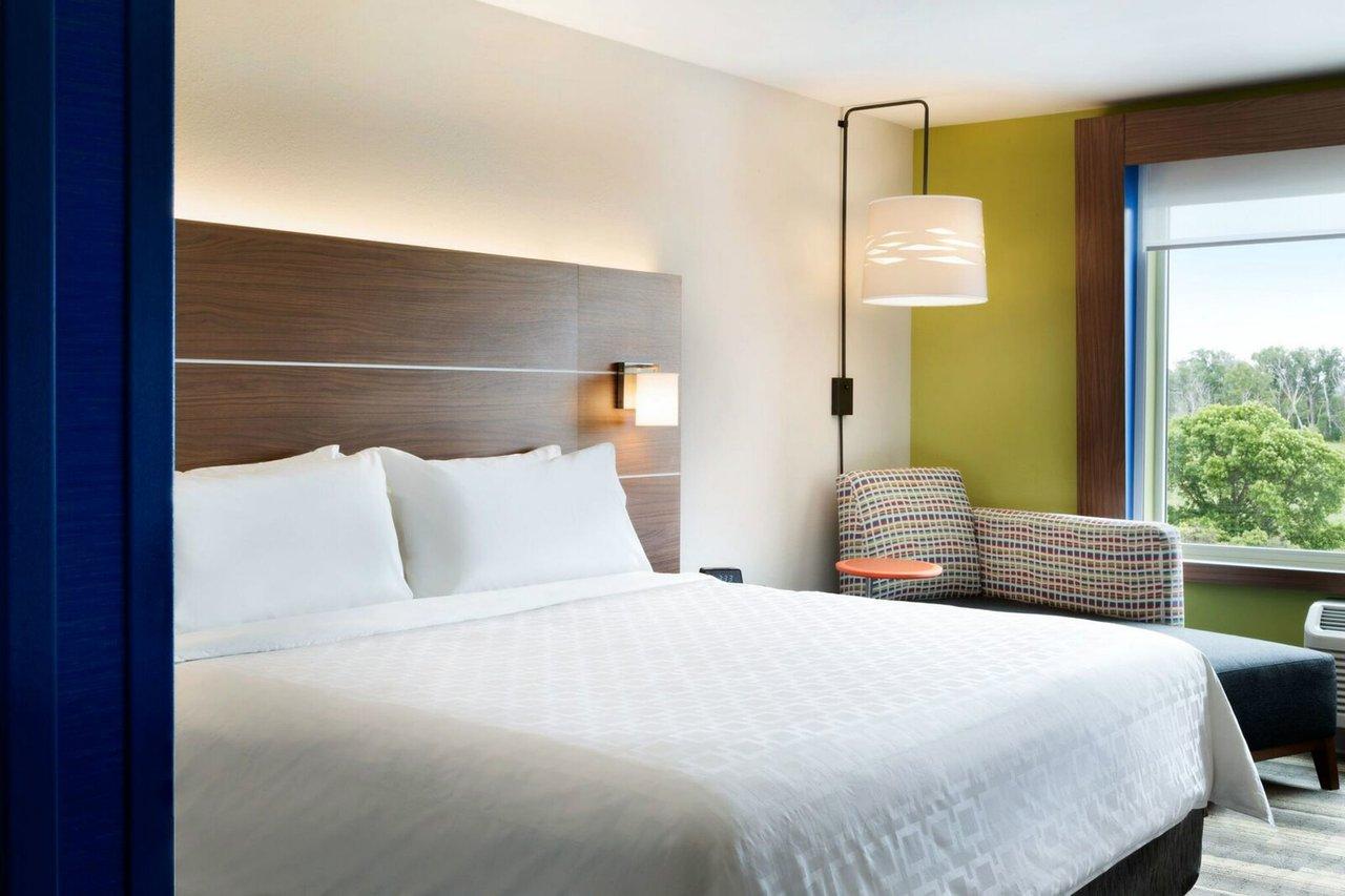 https://www.hotelsbyday.com/_data/default-hotel_image/3/16452/guest-room-4.jpg