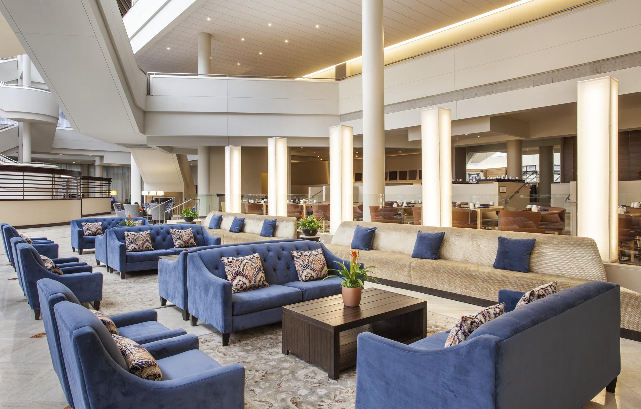 https://www.hotelsbyday.com/_data/default-hotel_image/3/17167/she1776lo-202221-sheraton-philadelphia-downtown-lobby.jpg