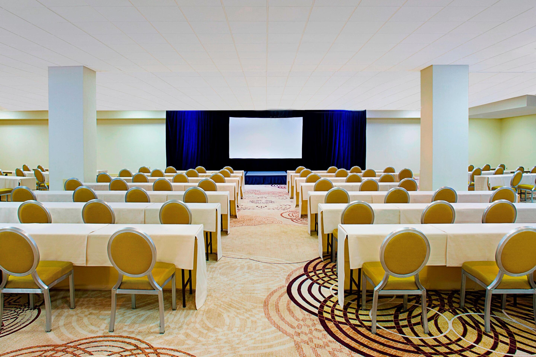https://www.hotelsbyday.com/_data/default-hotel_image/3/17171/phlws-ballroom-2749-hor-clsc.jpg