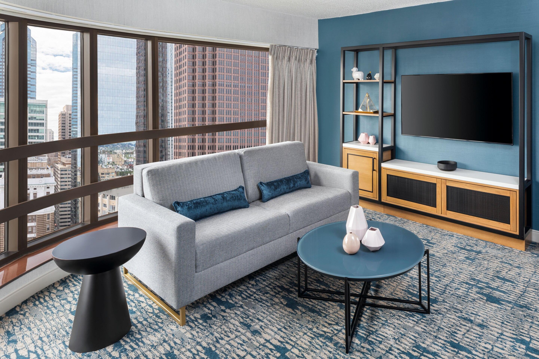 https://www.hotelsbyday.com/_data/default-hotel_image/3/17175/phlws-suite-livingroom-3675-hor-clsc.jpg