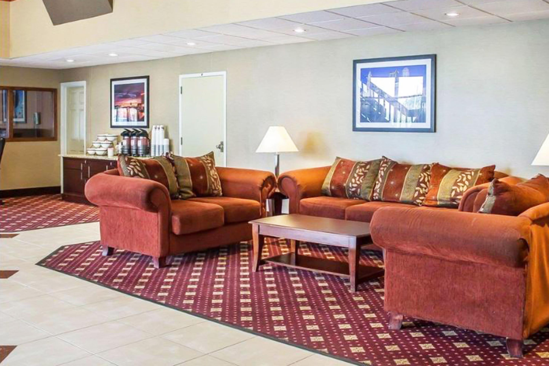 https://www.hotelsbyday.com/_data/default-hotel_image/3/17333/living-area-4.jpg