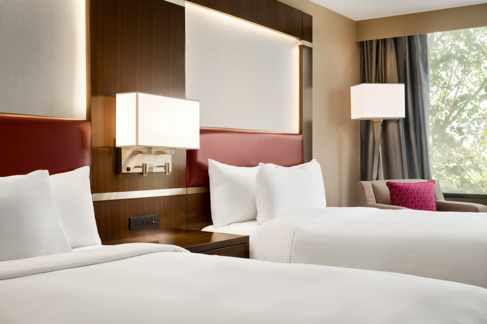https://www.hotelsbyday.com/_data/default-hotel_image/3/17373/2-queens-deluxe-room-1216535.jpg