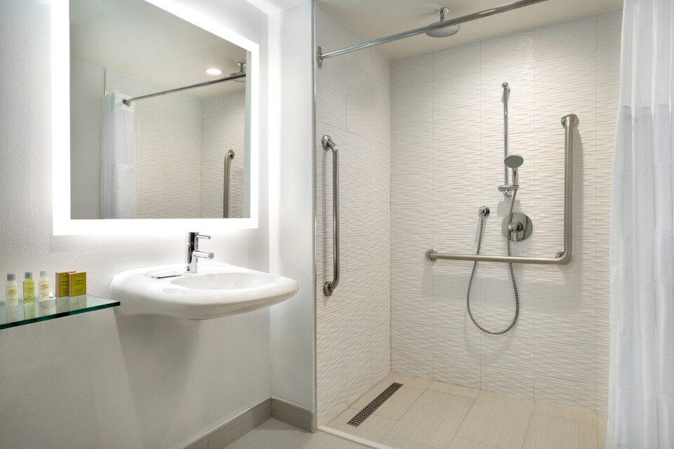 https://www.hotelsbyday.com/_data/default-hotel_image/3/17374/accessible-bathroom-1419538.jpg