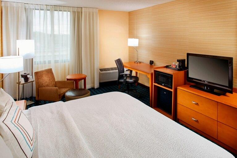 https://www.hotelsbyday.com/_data/default-hotel_image/3/19633/clebh-guestroom-0034-hor-clsc.jpg