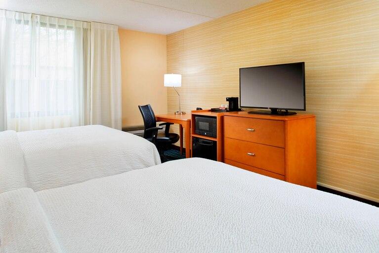 https://www.hotelsbyday.com/_data/default-hotel_image/3/19634/clebh-guestroom-0033-hor-clsc.jpg