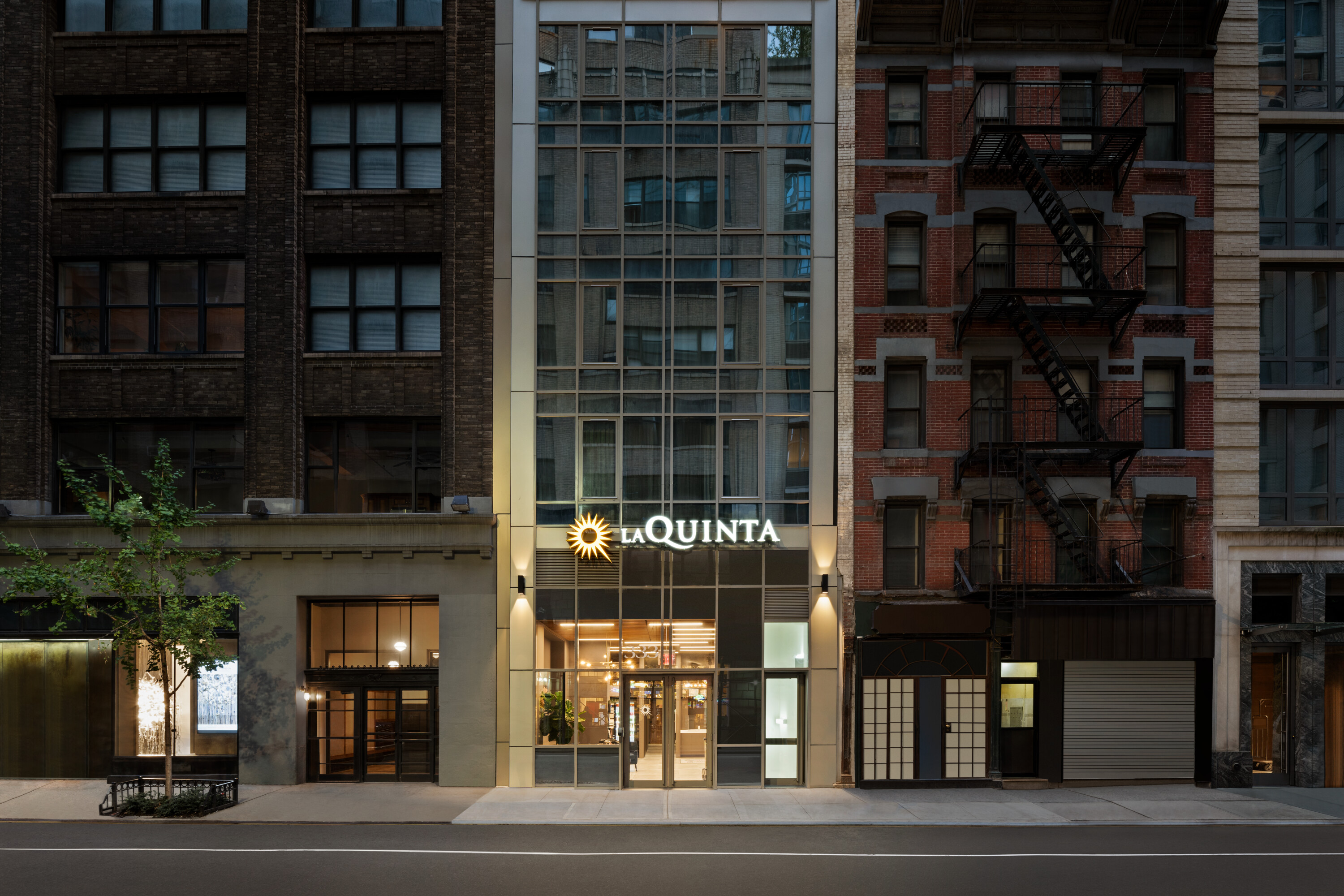 https://www.hotelsbyday.com/_data/default-hotel_image/4/20133/la-quinta-333-west-38th-street-new-york-exterior-1419446.jpg