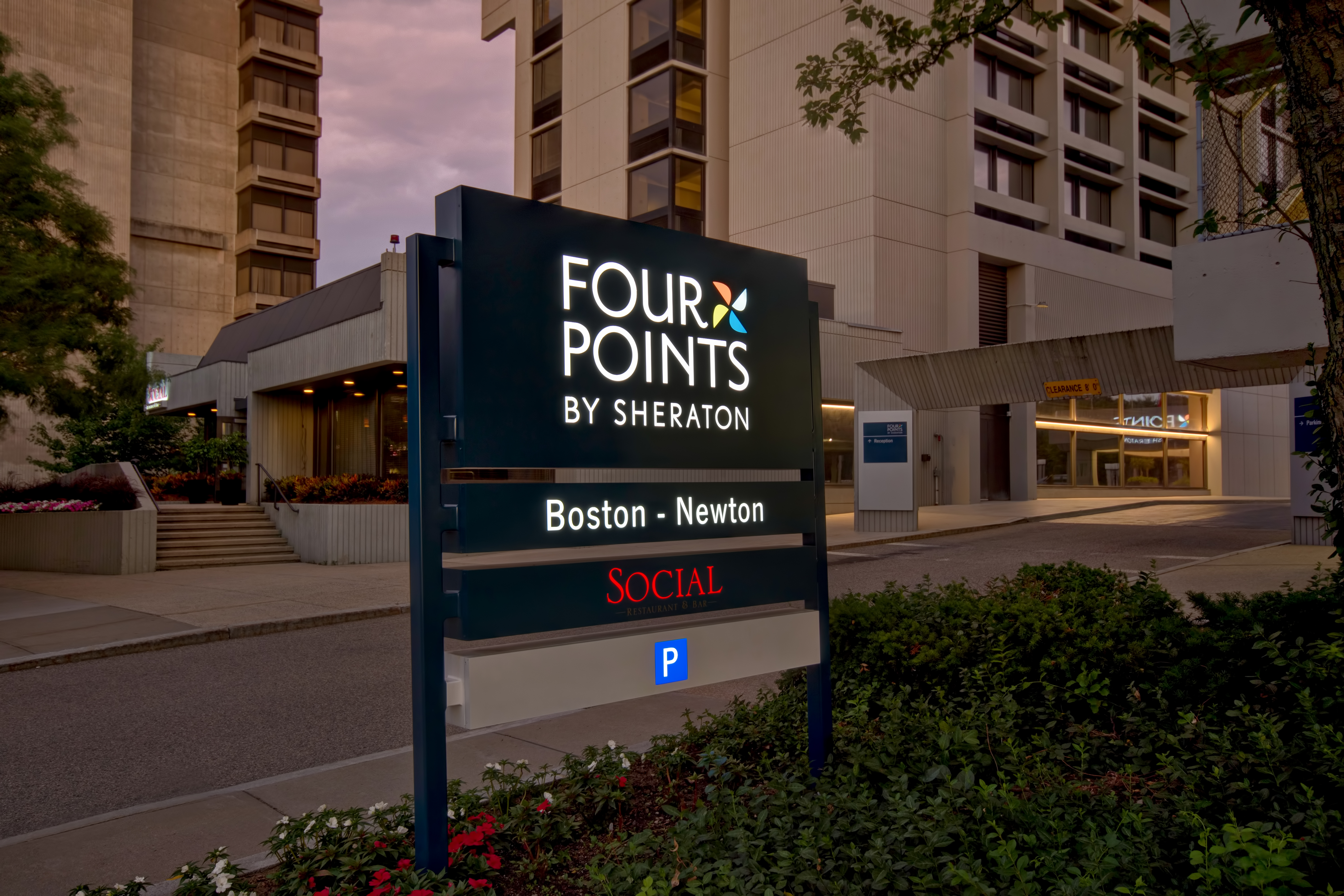 https://www.hotelsbyday.com/_data/default-hotel_image/4/20240/driveway-sign-night.jpg
