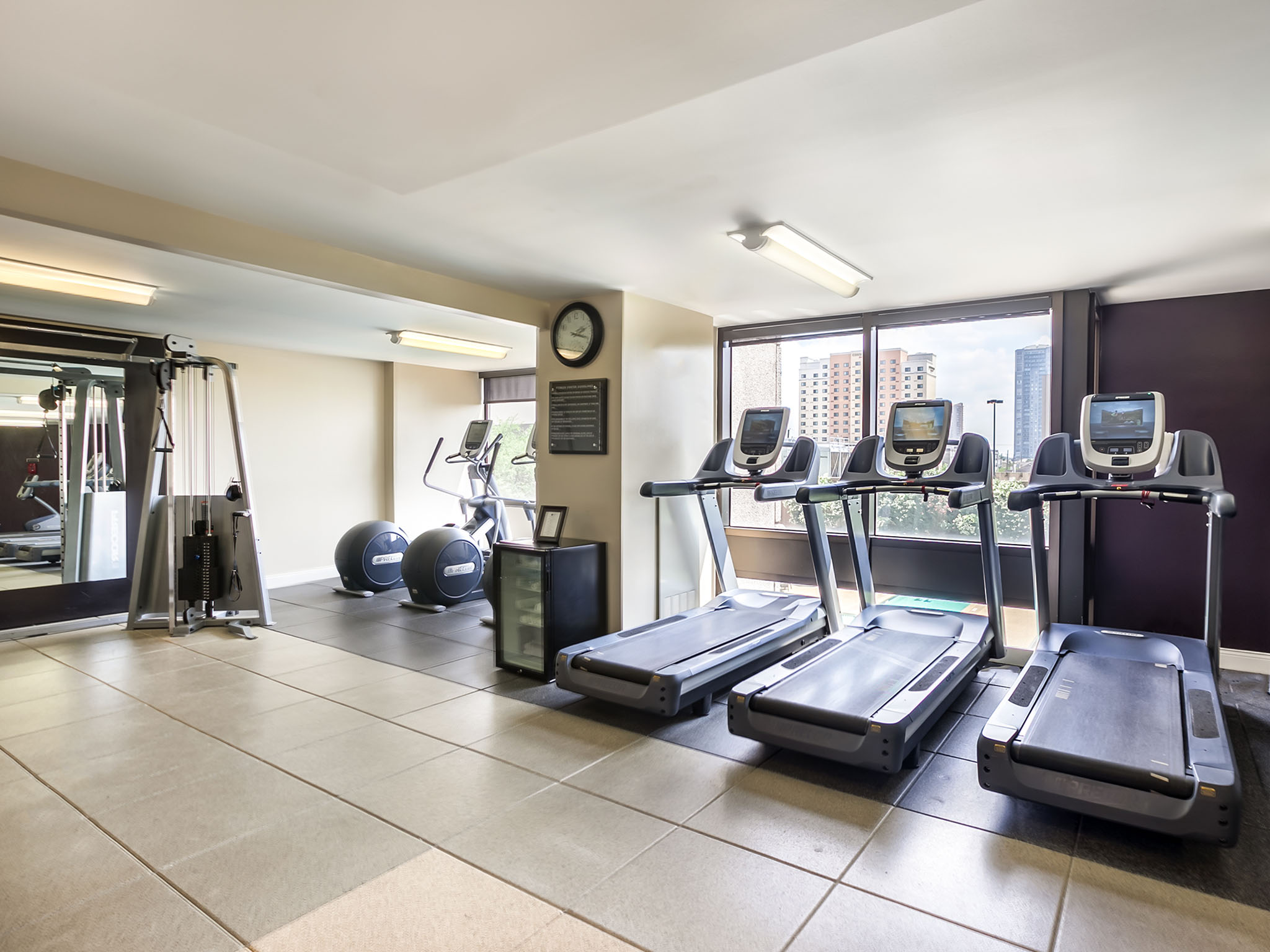 https://www.hotelsbyday.com/_data/default-hotel_image/4/20587/fitness-center.jpg