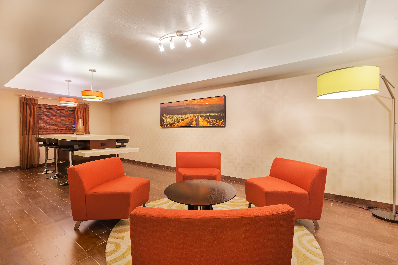 https://www.hotelsbyday.com/_data/default-hotel_image/4/21496/holiday-inn-express-suites-san-jose-morgan-hill-sjcmh-lounge-2-1.jpg