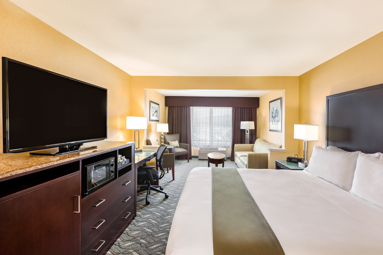 https://www.hotelsbyday.com/_data/default-hotel_image/4/21497/holiday-inn-express-suites-san-jose-morgan-hill-sjcmh-303-jr-suite.jpg