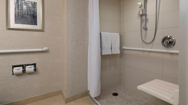 https://www.hotelsbyday.com/_data/default-hotel_image/4/21754/ewrho-bathroom-0085-hor-wide.jpg