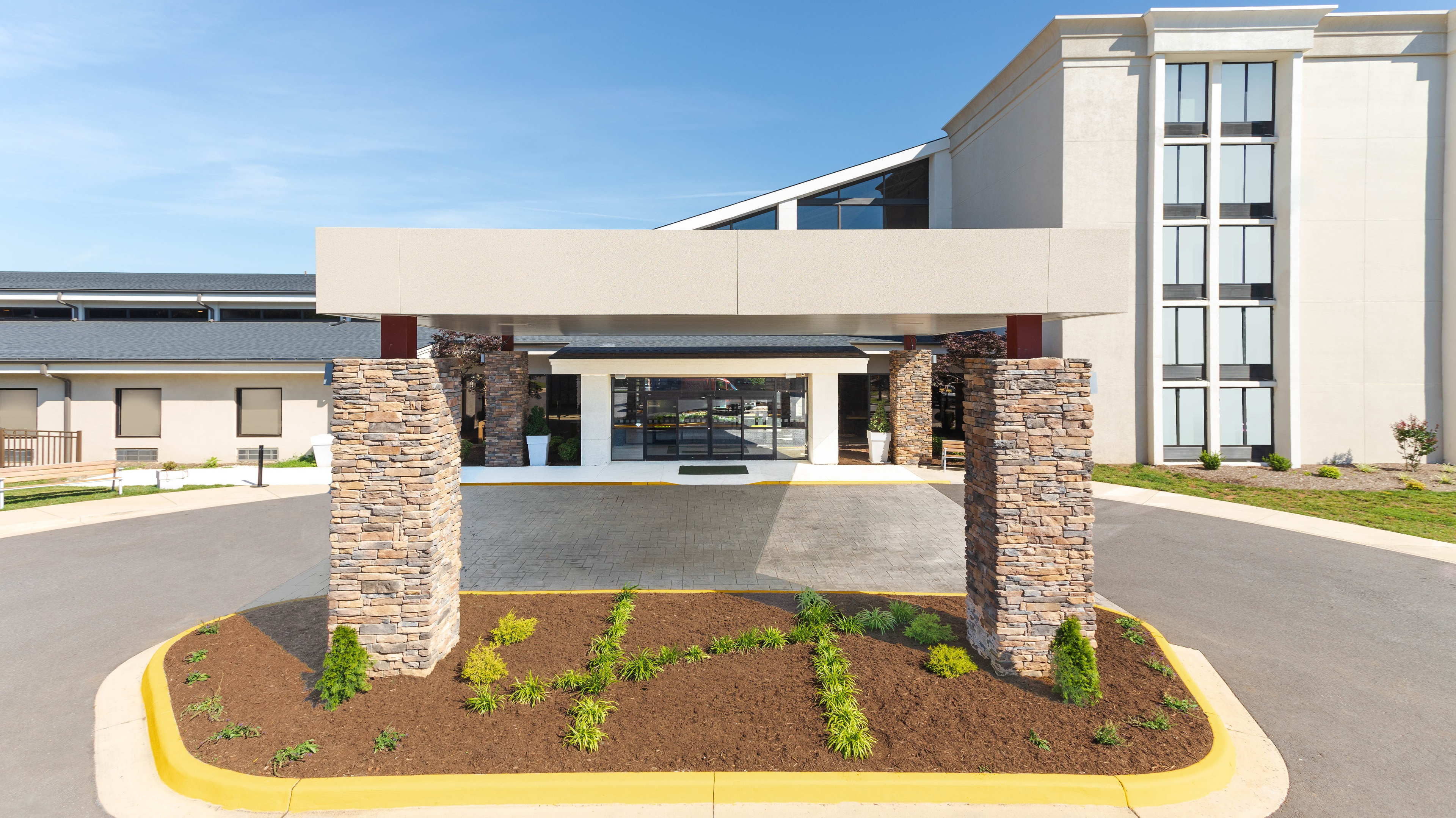 https://www.hotelsbyday.com/_data/default-hotel_image/4/21832/holiday-inn-roanoke-vv-entrance.jpg