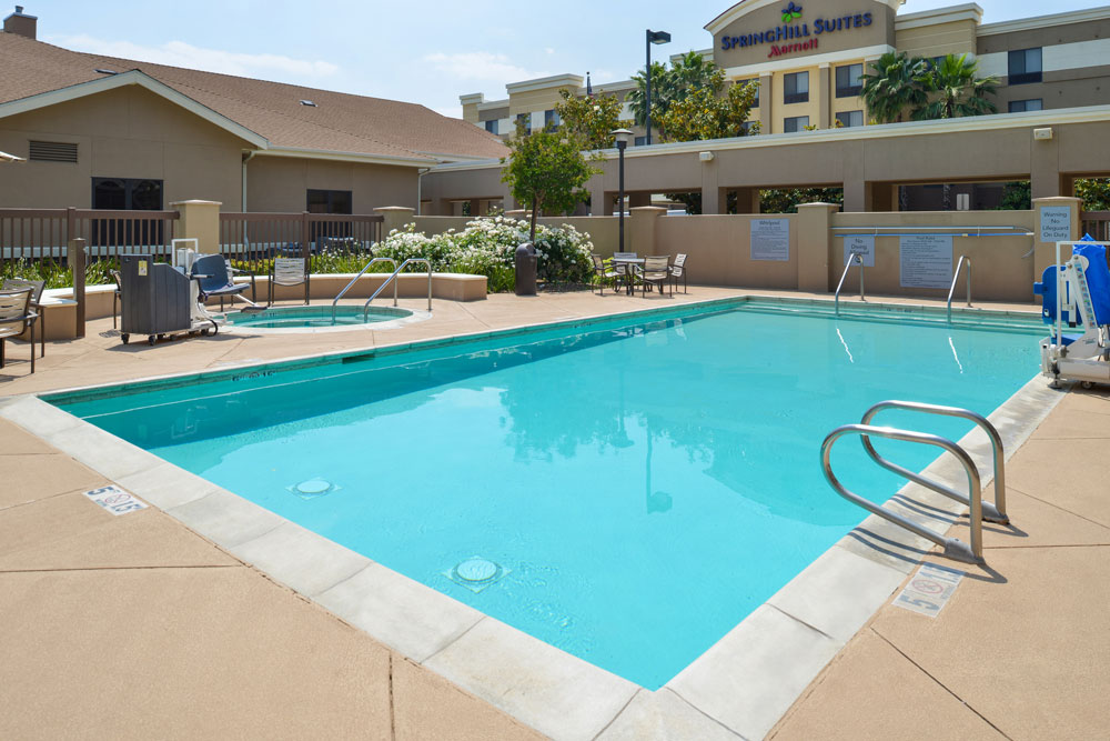 https://www.hotelsbyday.com/_data/default-hotel_image/4/21868/hws-fresno-pool-1.jpg