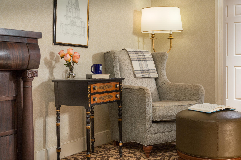 https://www.hotelsbyday.com/_data/default-hotel_image/4/21871/rsz-lindenrow-rooms-mainhouse-details-3.jpg