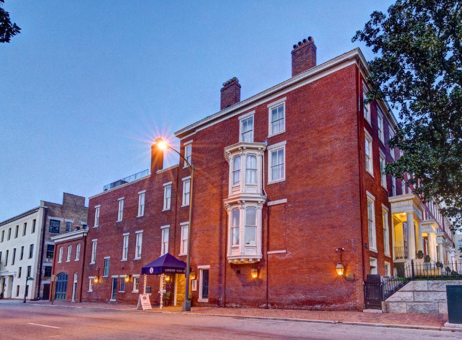 https://www.hotelsbyday.com/_data/default-hotel_image/4/21875/entrance-3-website-resized-950x700.jpg