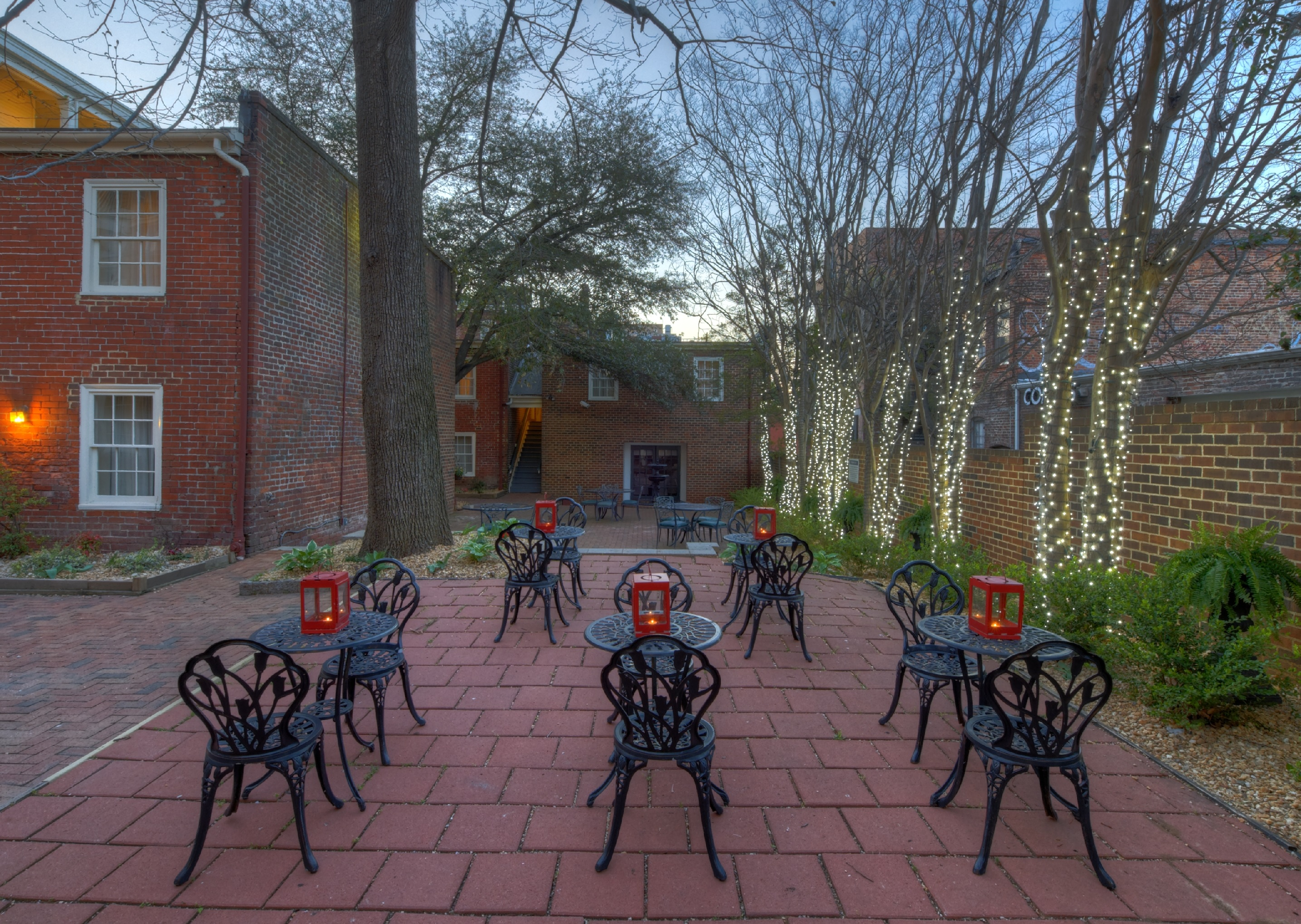 https://www.hotelsbyday.com/_data/default-hotel_image/4/21877/courtyard-chairs-cropped.jpg