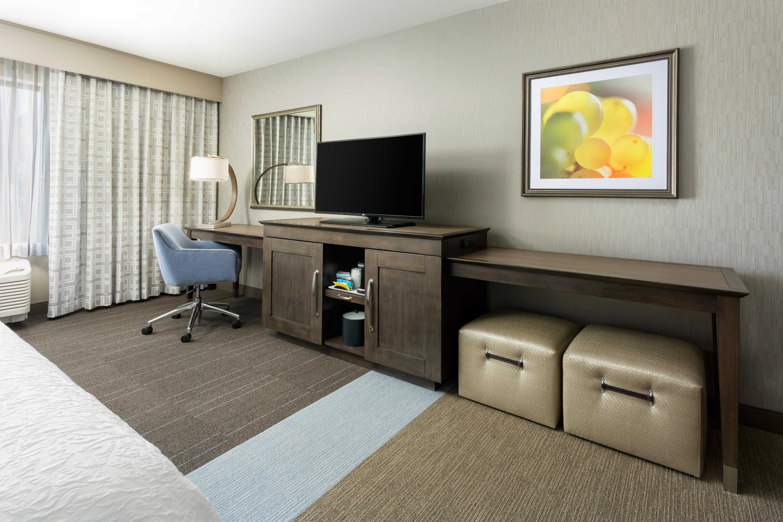 https://www.hotelsbyday.com/_data/default-hotel_image/4/21902/hampton-inn-and-suites-napa-king-ada-3.jpg