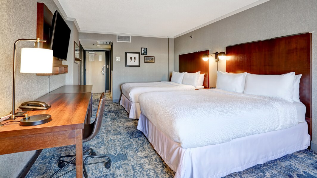 https://www.hotelsbyday.com/_data/default-hotel_image/4/21929/yyzfp-queen-guestroom-9210-hor-wide.jpg