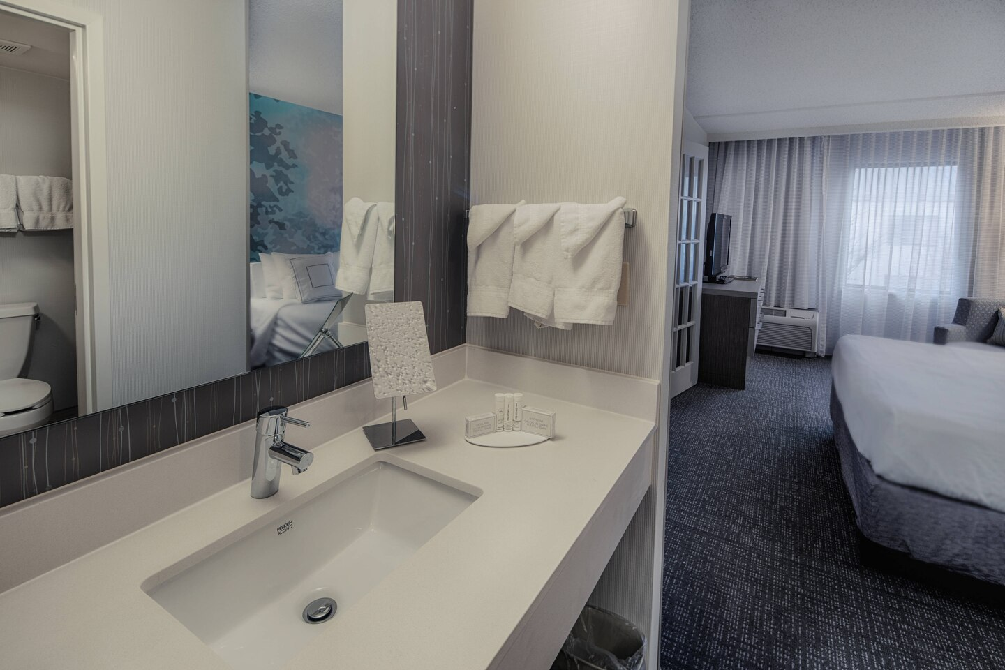 https://www.hotelsbyday.com/_data/default-hotel_image/4/22089/dfwcy-bathroom-0054-hor-clsc.jpg
