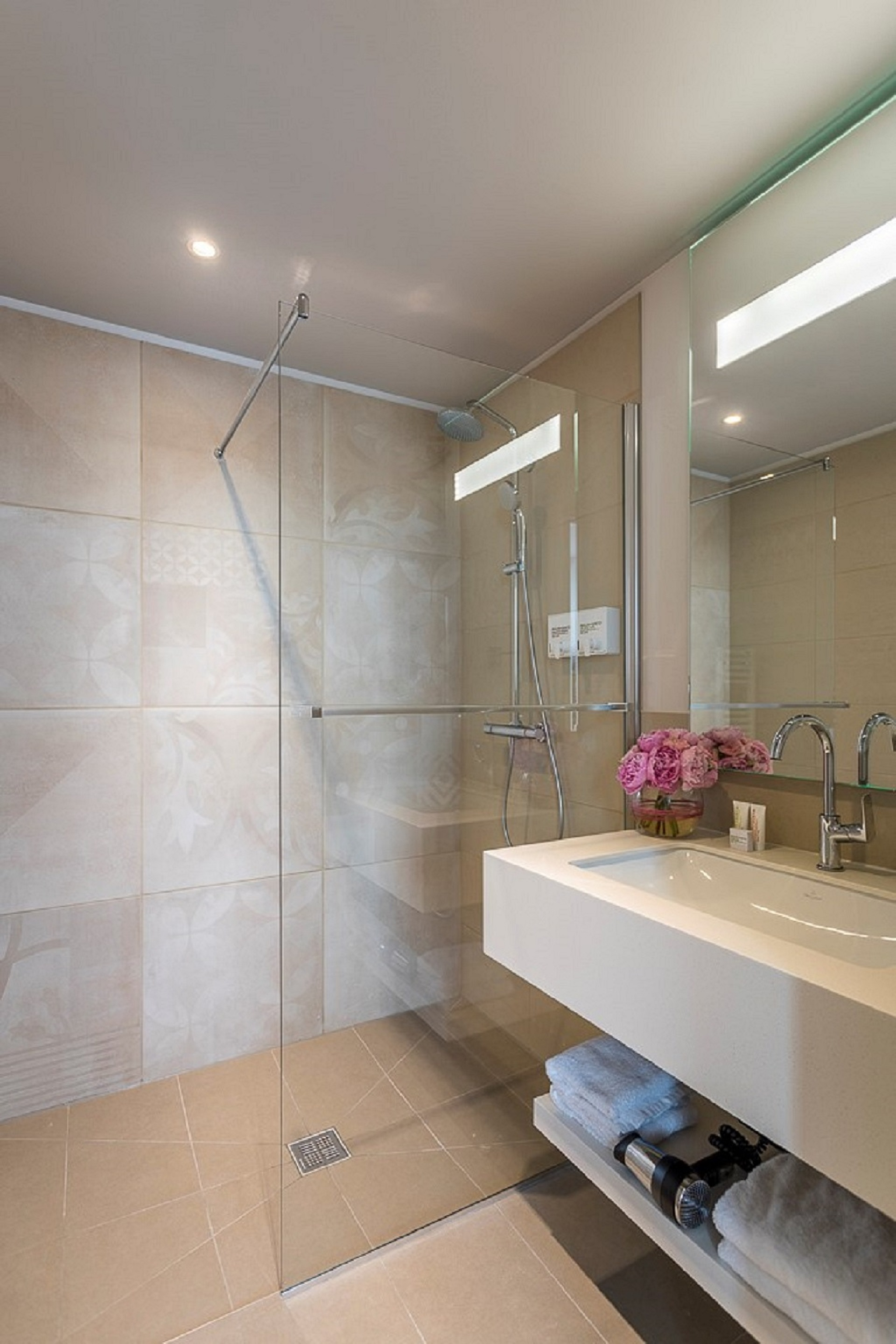 https://www.hotelsbyday.com/_data/default-hotel_image/4/22399/studio-deluxe-dusche.jpg