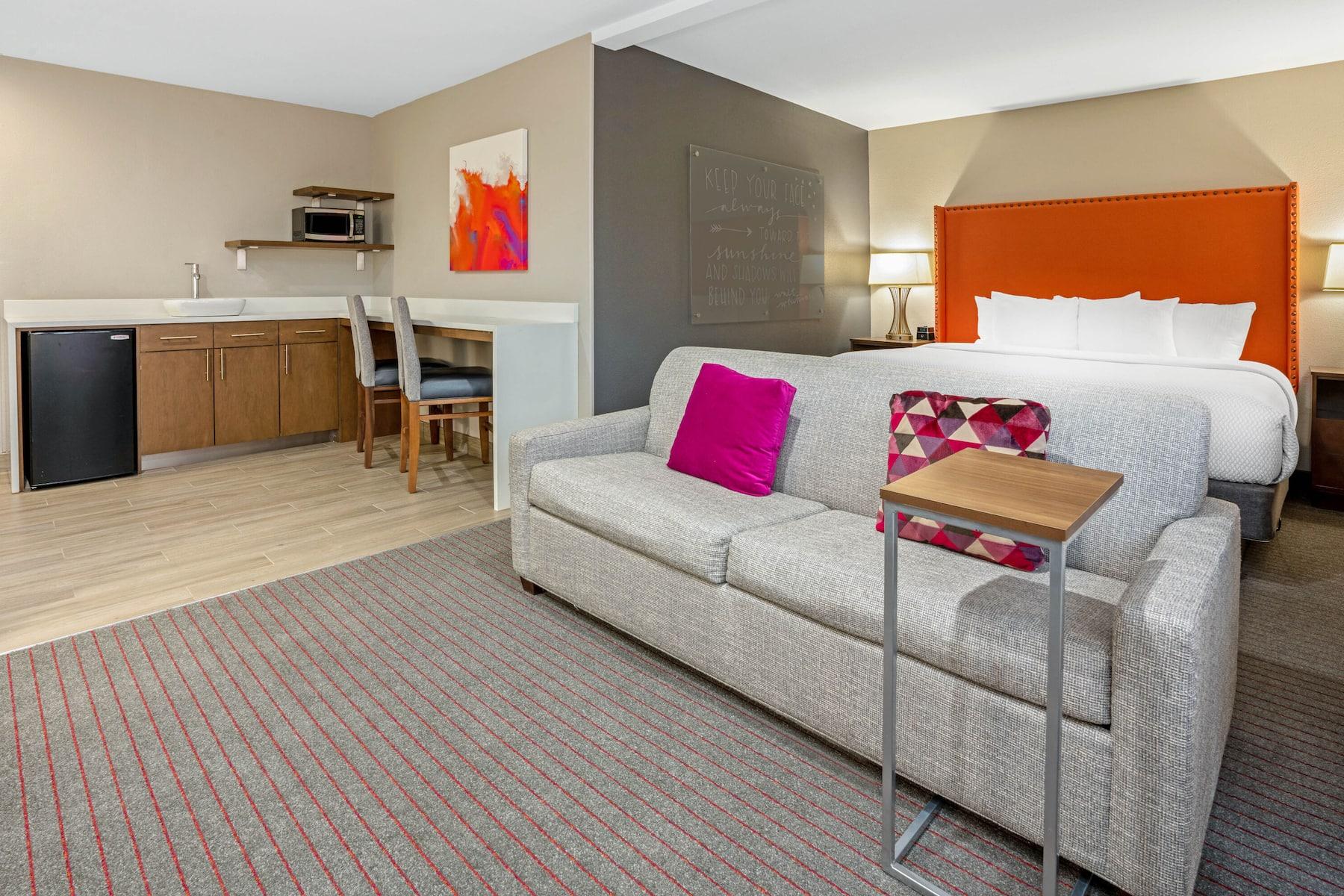 https://www.hotelsbyday.com/_data/default-hotel_image/4/22765/53894-guest-room-9.jpg
