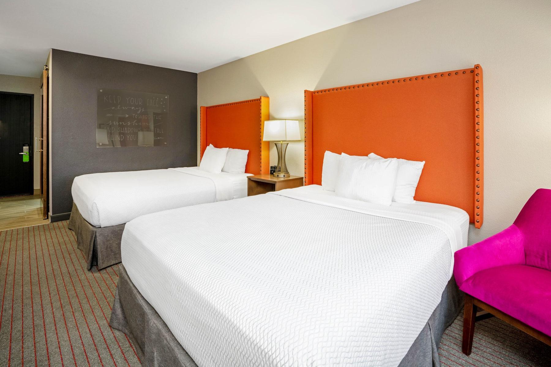 https://www.hotelsbyday.com/_data/default-hotel_image/4/22766/53894-guest-room-11.jpg