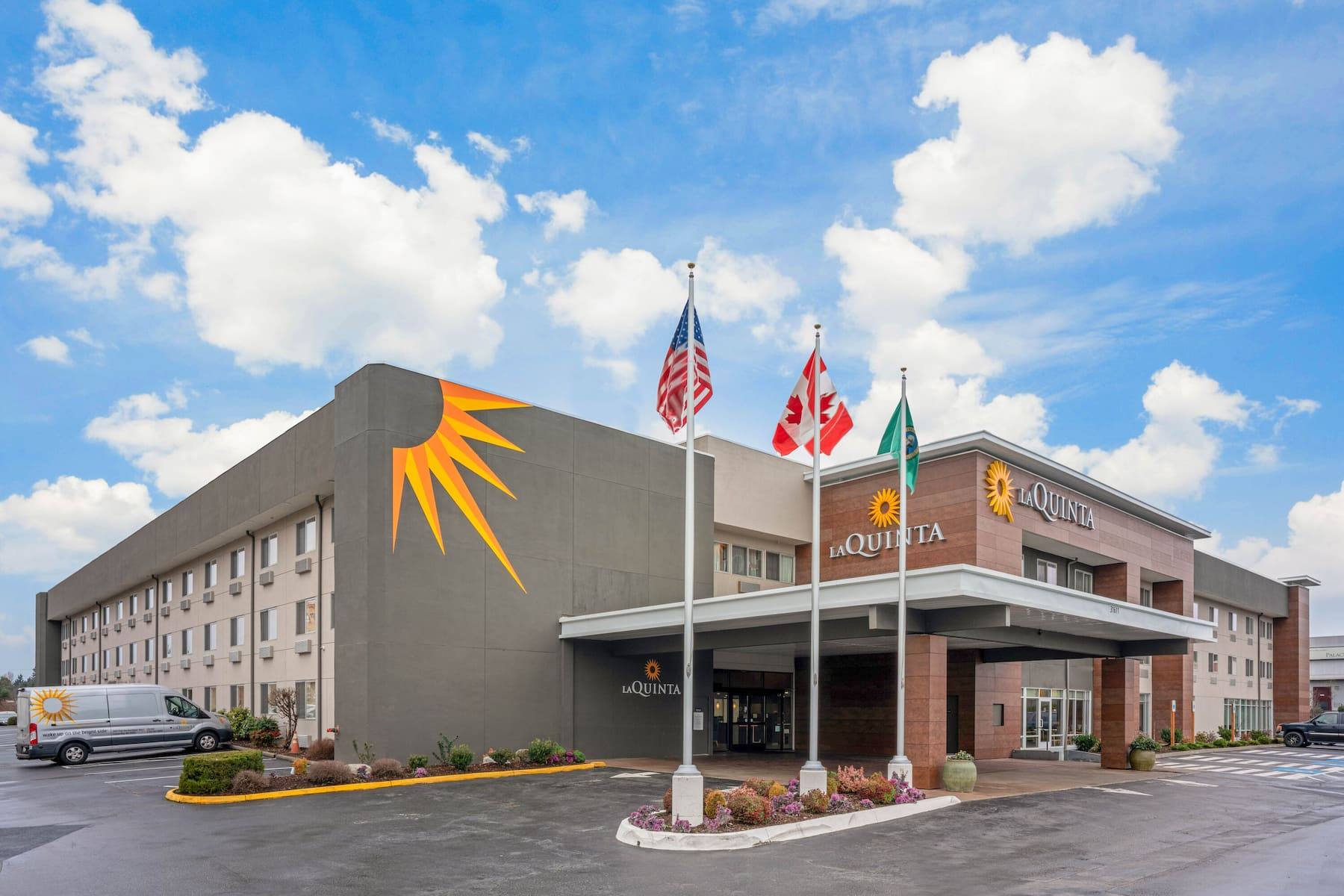 https://www.hotelsbyday.com/_data/default-hotel_image/4/22770/53894-exterior-day-2.jpg