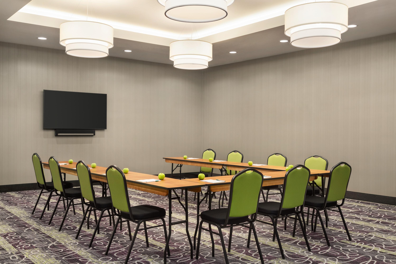 https://www.hotelsbyday.com/_data/default-hotel_image/4/22843/la-quinta-burlington-wa-meeting-space-u-shape-1401848.jpg