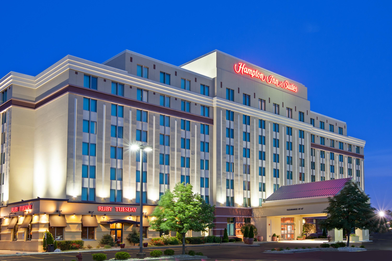 https://www.hotelsbyday.com/_data/default-hotel_image/4/23602/hampton-inn-skokie-exterior-dusk.jpg