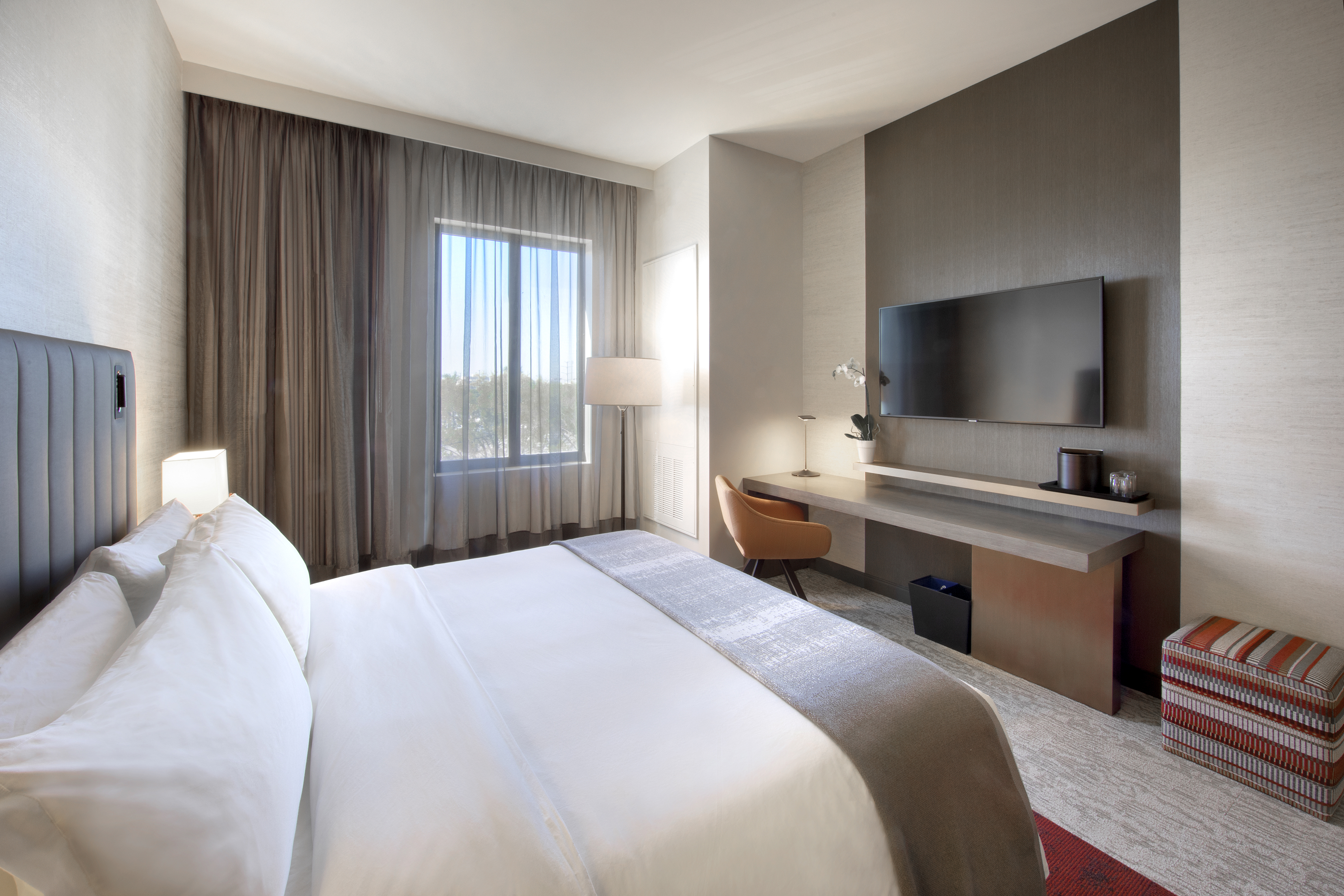 https://www.hotelsbyday.com/_data/default-hotel_image/4/23658/king-guest-room.jpg