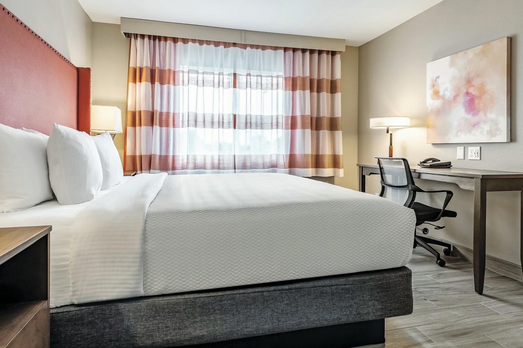 https://www.hotelsbyday.com/_data/default-hotel_image/4/23714/king-room.png