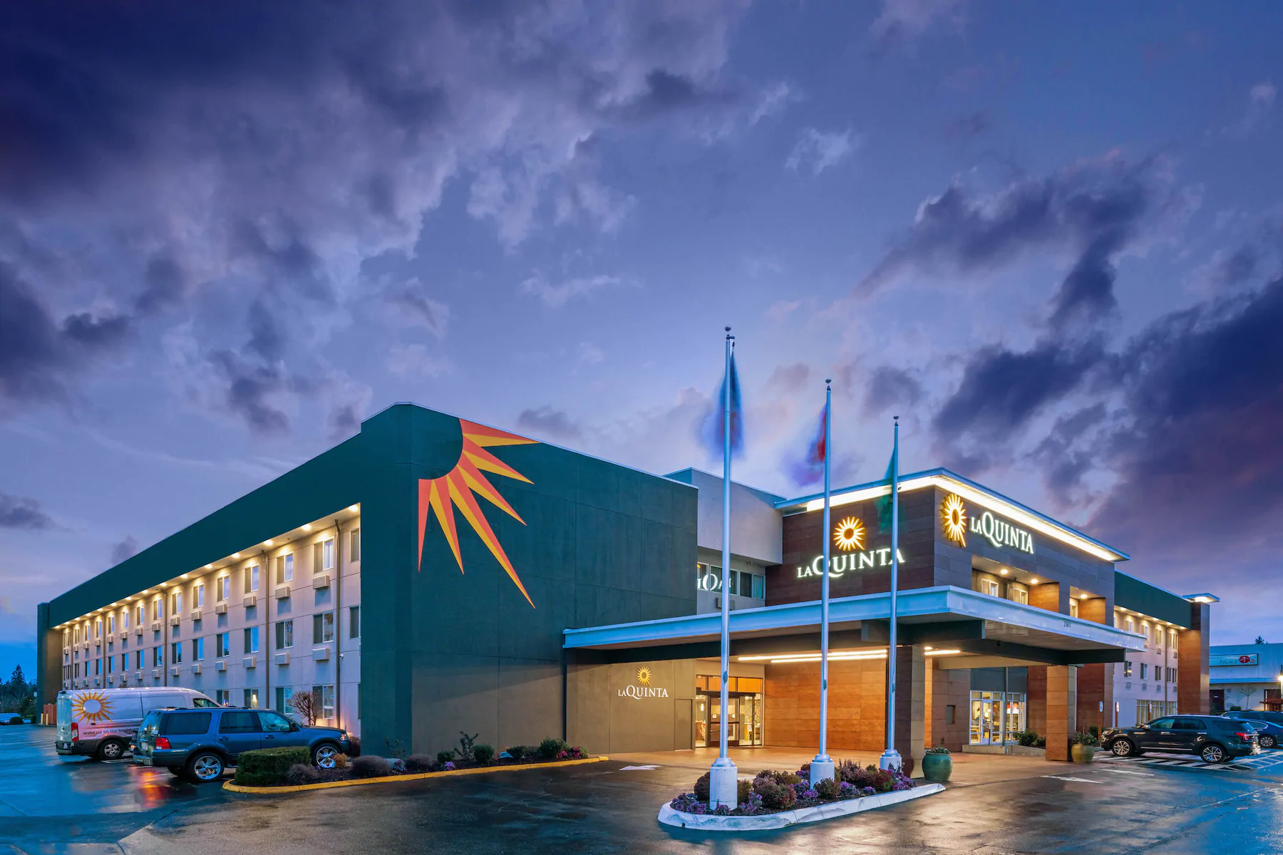 https://www.hotelsbyday.com/_data/default-hotel_image/4/23721/exterior-night.png
