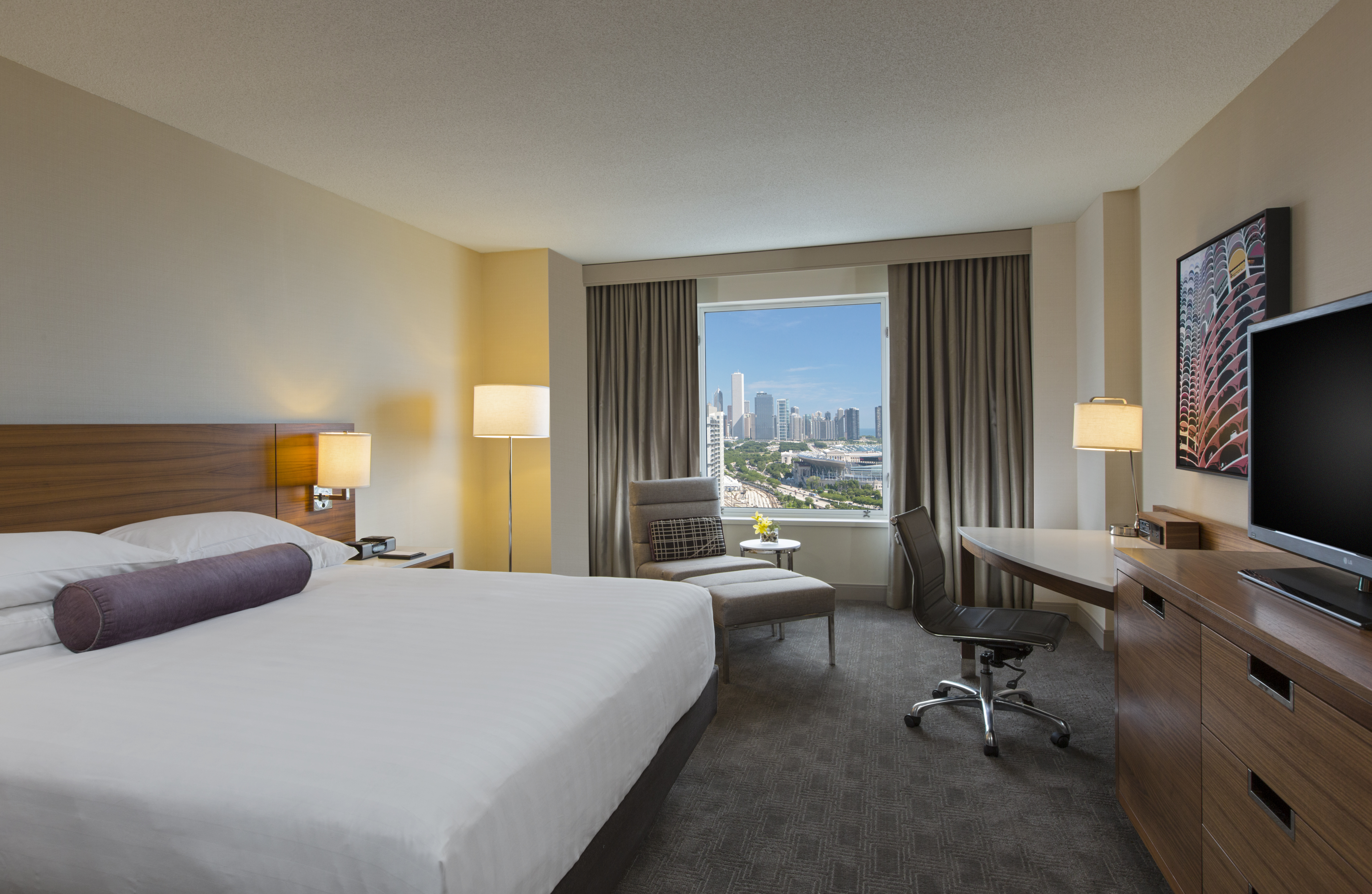 https://www.hotelsbyday.com/_data/default-hotel_image/4/23787/chimc-p165-king-guestroom.jpg