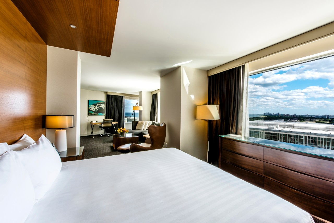 https://www.hotelsbyday.com/_data/default-hotel_image/4/23789/chimc-p234-deluxe-king-view.jpg