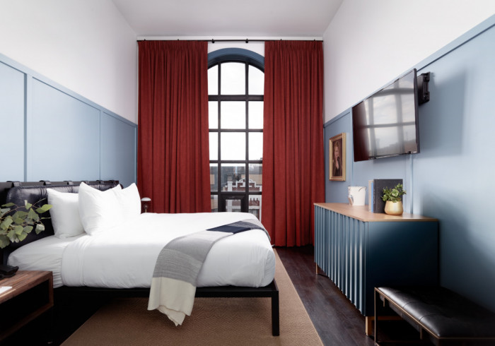 https://www.hotelsbyday.com/_data/default-hotel_image/4/24182/deluxe-king-1.jpg