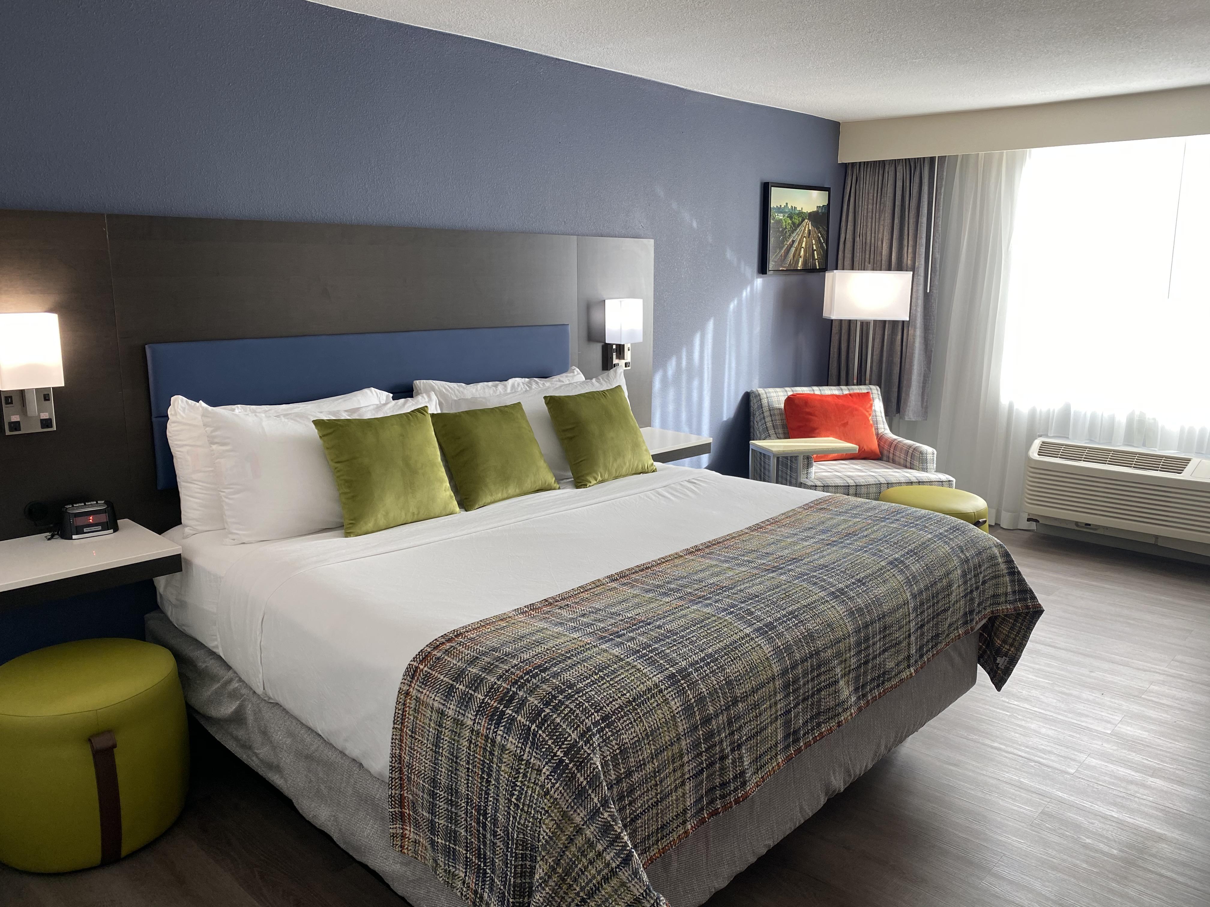https://www.hotelsbyday.com/_data/default-hotel_image/4/24943/king-a.jpg