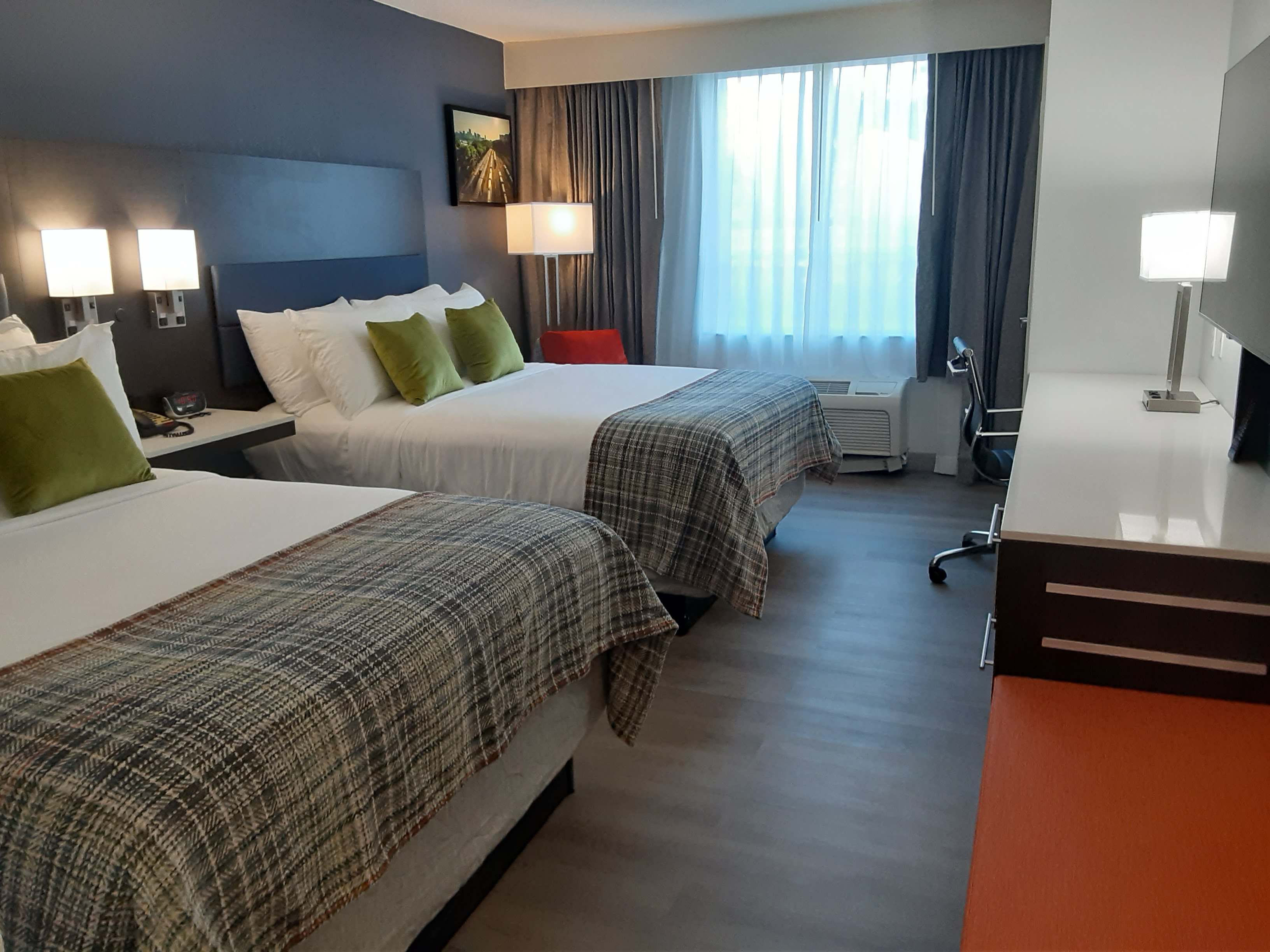 https://www.hotelsbyday.com/_data/default-hotel_image/4/24944/2-queens-a.jpg