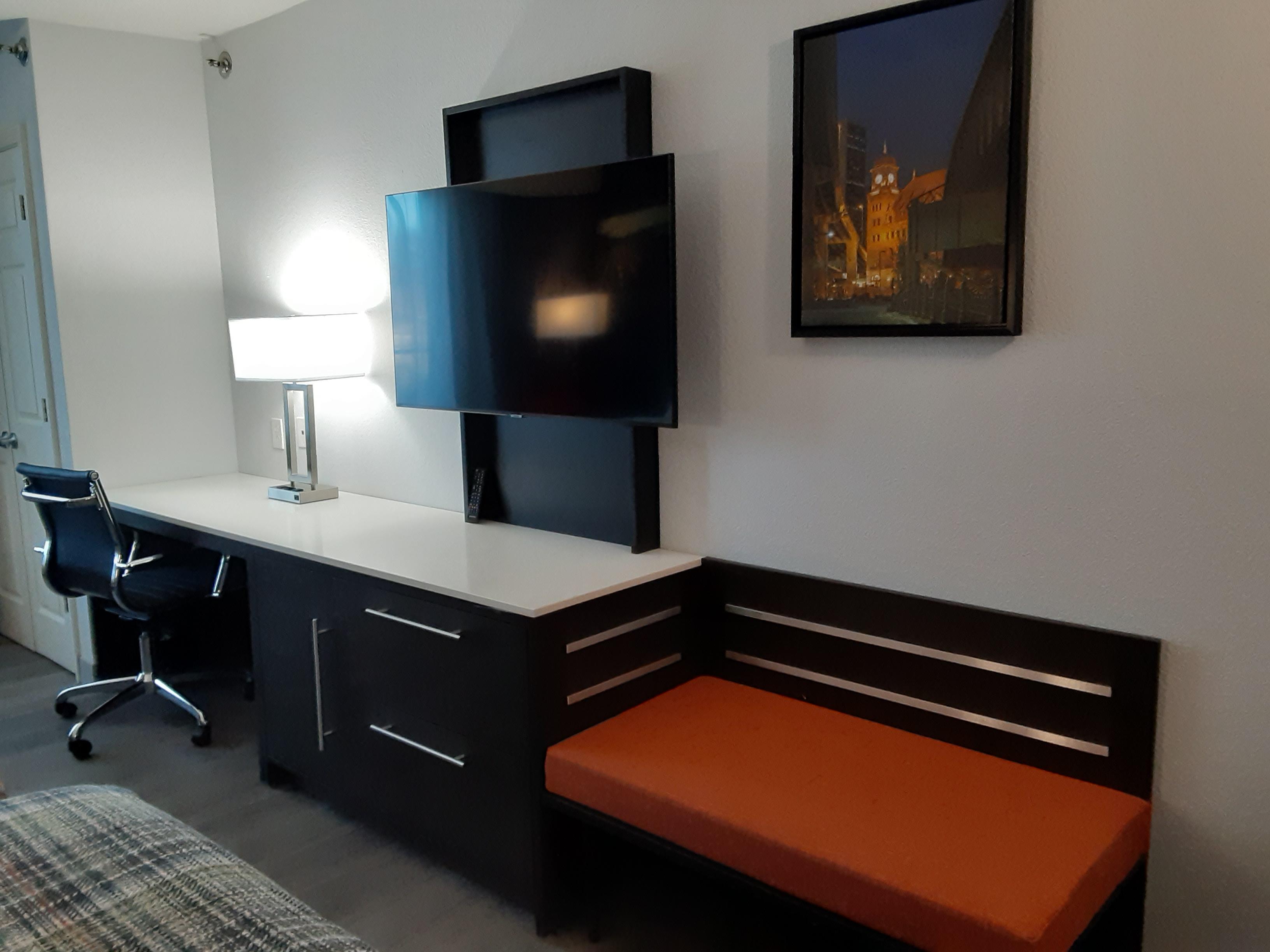 https://www.hotelsbyday.com/_data/default-hotel_image/4/24945/work-desk-and-tv.jpg
