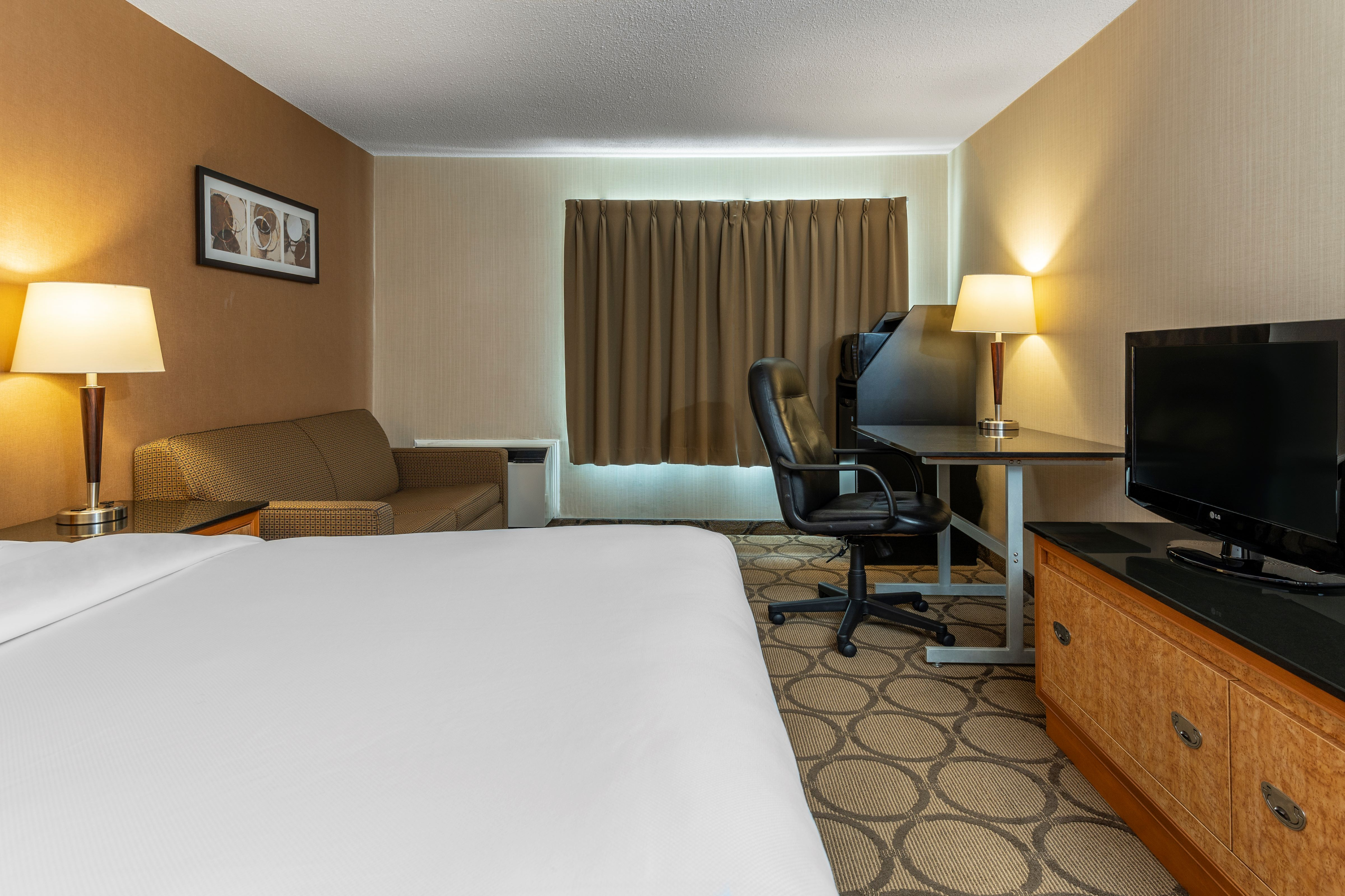 https://www.hotelsbyday.com/_data/default-hotel_image/5/26067/guestroom-with-one-queen-bed-and-sofa-bed-resized.jpg