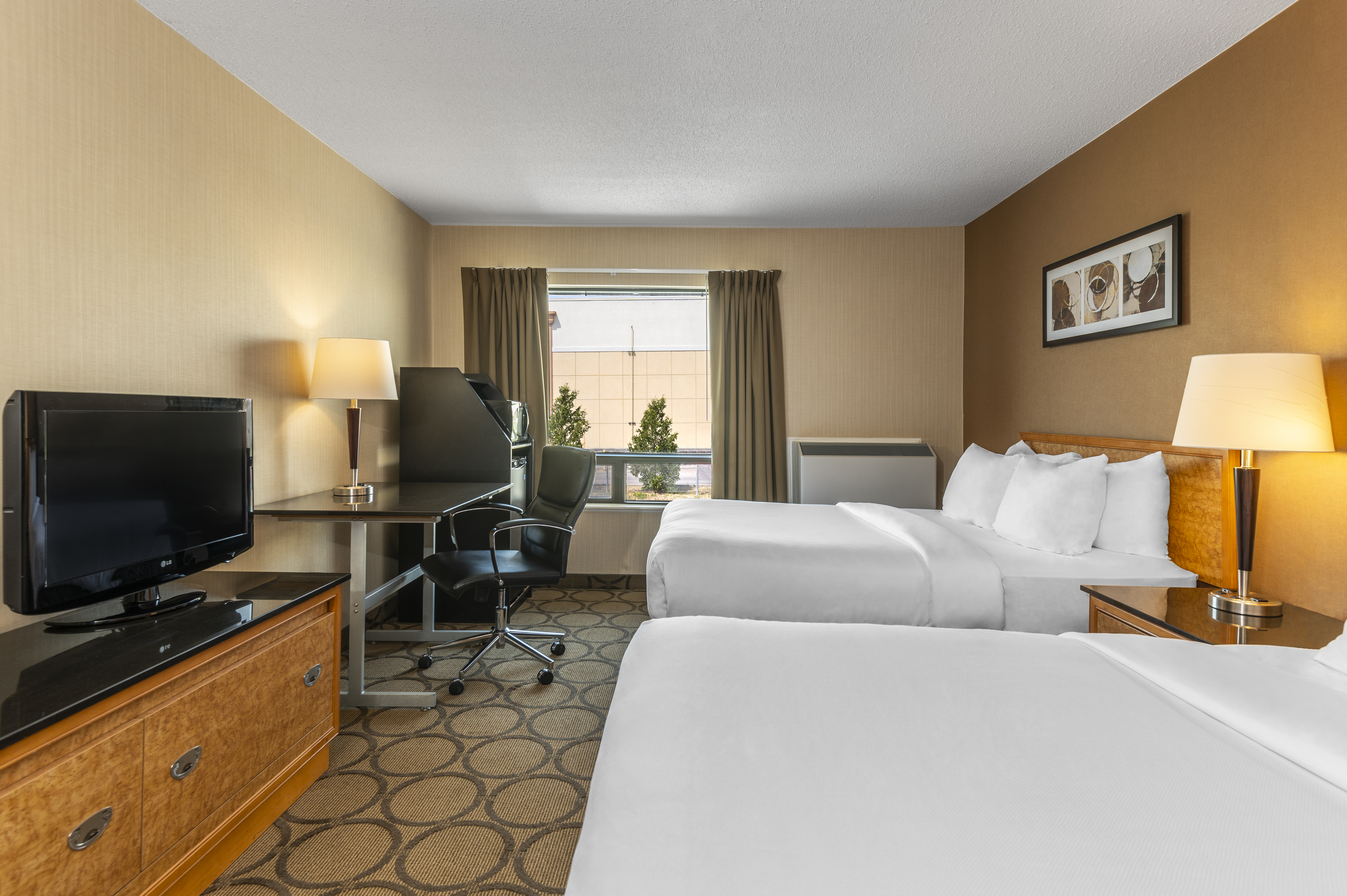 https://www.hotelsbyday.com/_data/default-hotel_image/5/26071/guestroom-with-two-pillowtop-beds-upper-flr.jpg