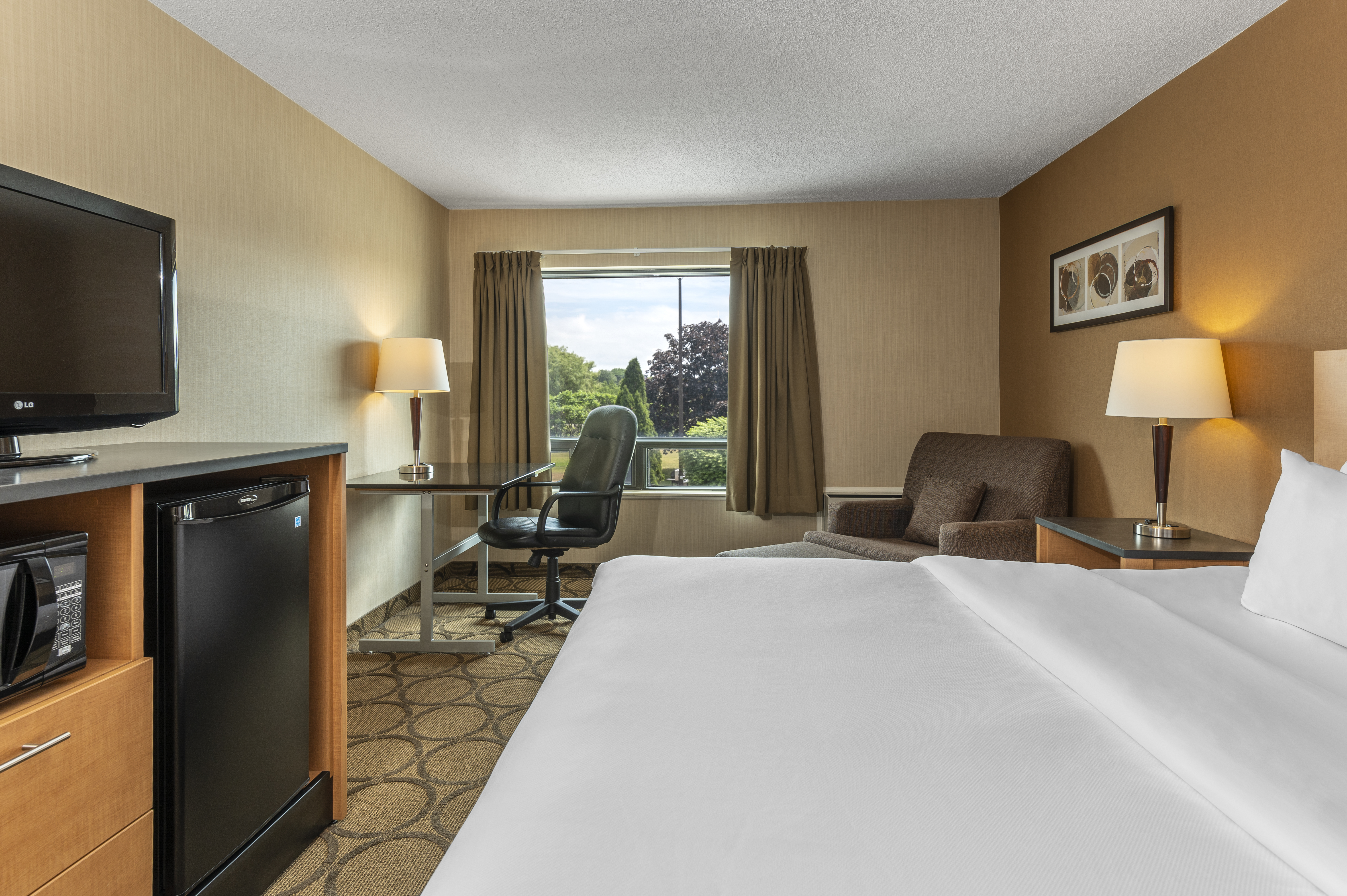 https://www.hotelsbyday.com/_data/default-hotel_image/5/26072/guestroom-with-pillowtop-bed-upper-flr-with-chair.jpg